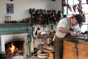 Heizen mit Holz in einer Schuhmacherwerkstatt